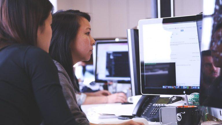 Jak odczytać podstawowe parametry monitora komputerowego?