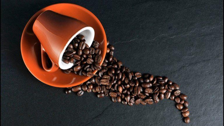 Czy zakup całych ziaren kawy jest lepszy, niż mielonych