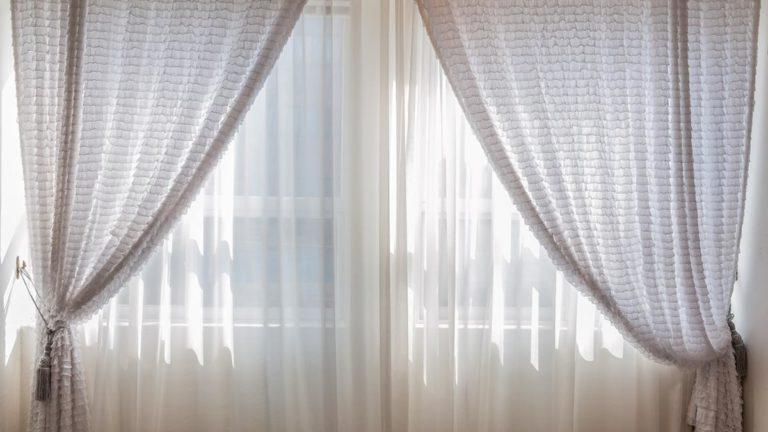Rolety w oknach zapewniają odpowiednią kontrolę nad światłem słonecznym