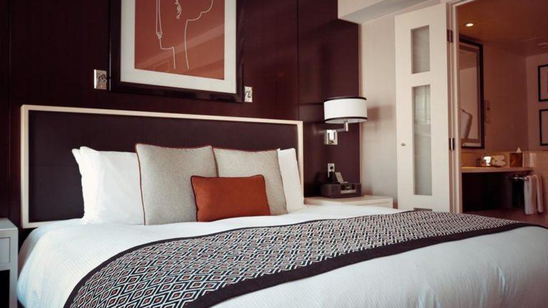 W podróży służbowej czy na wakacjach zatrzymaj się w hotelu